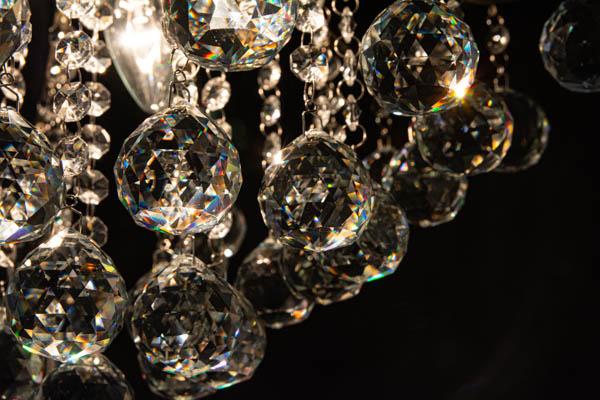 Zbliżenie na refleksy transparentnych kryształów