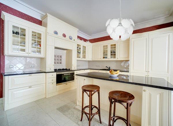 biała lampa wisząca w kuchni
