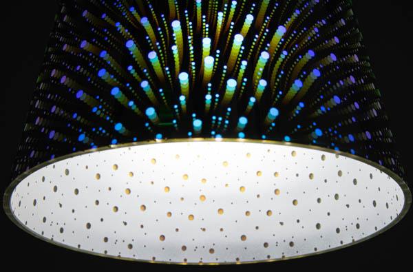 Świecący klosz designerskiej lampy holo