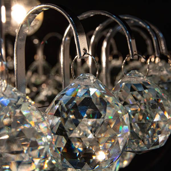 Duże zbliżenie na kryształki lampy klasycznej kryształowej