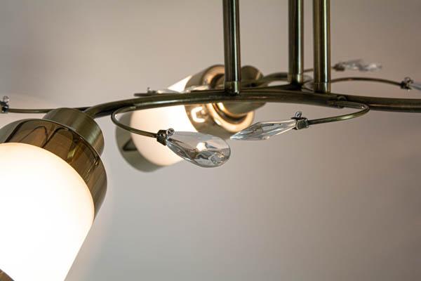 Kryształki w lampie z trzema kloszami