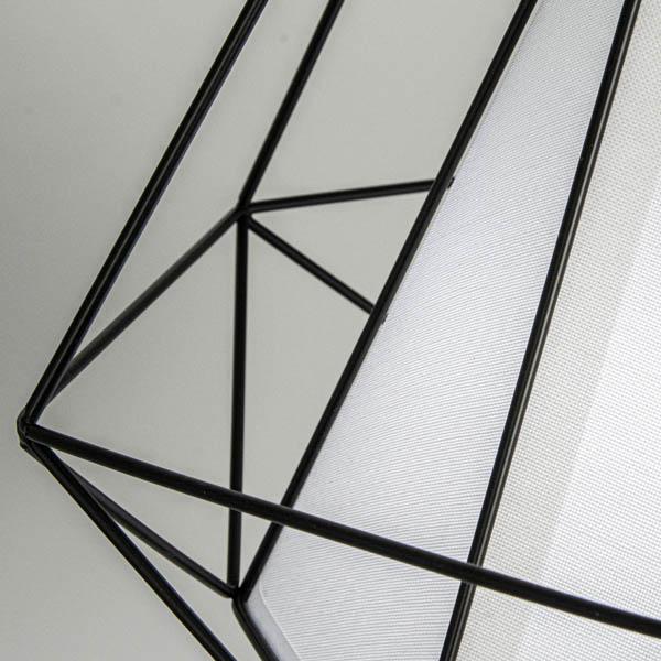 Zbliżenie na metalowy klosz w lampie scandi