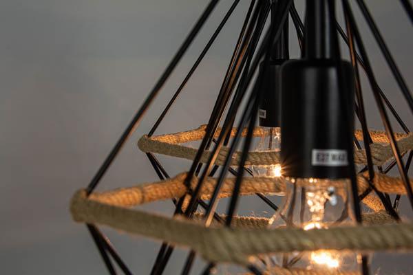 Zbliżenie na detale w świecącej lampie