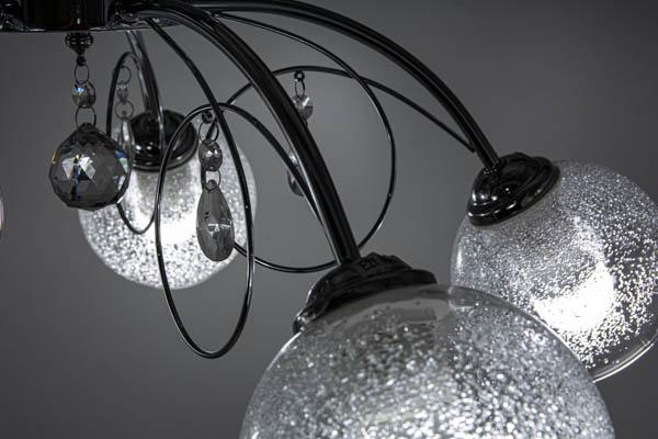 Zbliżenie na detal lampy sufitowej