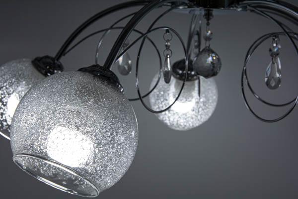 Zbliżenie na klosz klasycznej lampy sufitowej