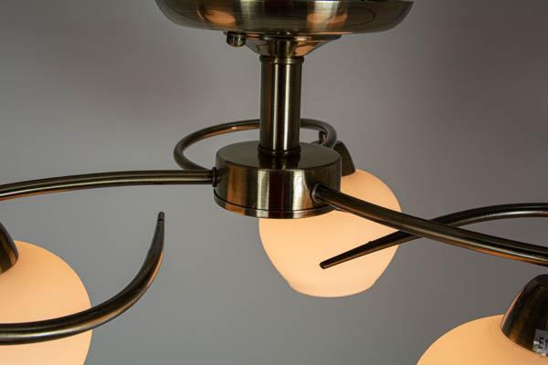 Detal lampa z trzema kloszami