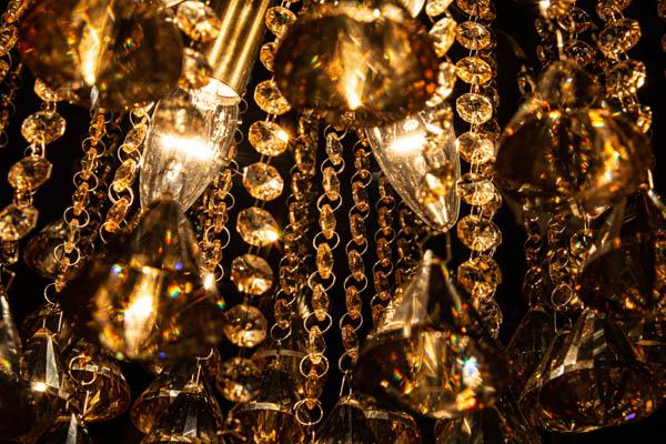 Zbliżenie na oświetlenie lampy kryształowej