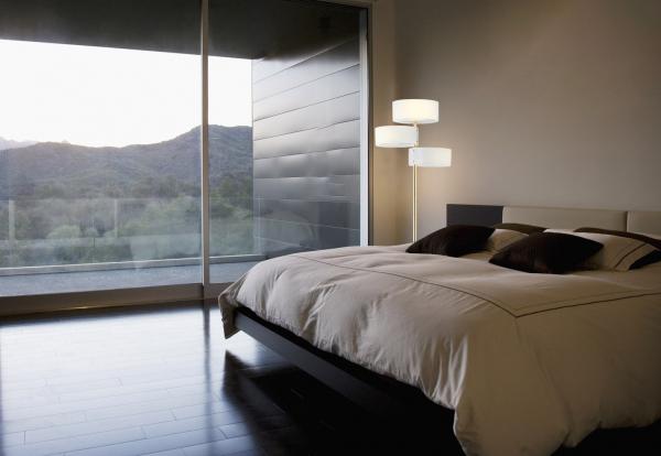 lampa stojąca w sypialni